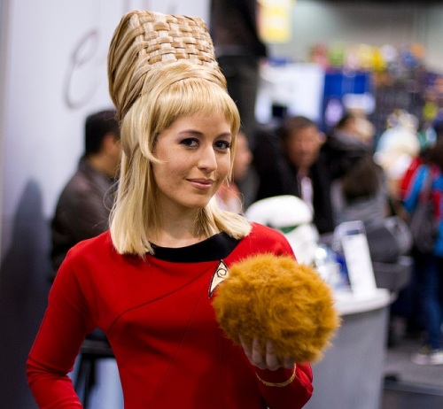 Cosplay-startrek-yeoman-janice-rand-and-a-tribble-01