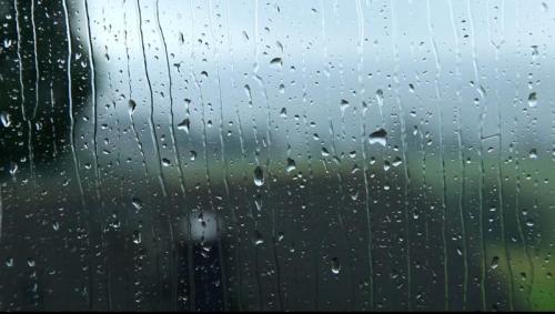 800px--Radevormwald_-_Raindrops_on_a_window_05_(oT)_ies.ogv